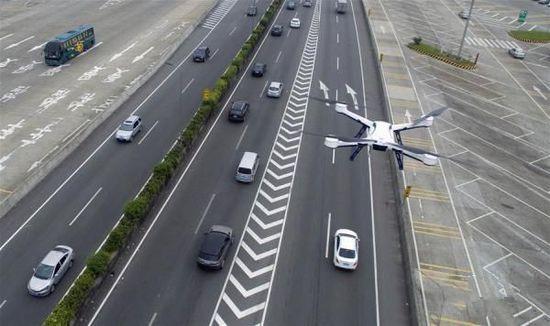 开高速还敢占道违规?交警出动无人机360度无死角抓拍