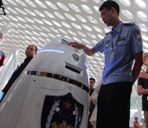 国内首台,智能机器人巡逻深圳机场