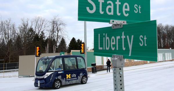 CES刚刚结束,无人驾驶巴士就在拉斯维加斯上路测试