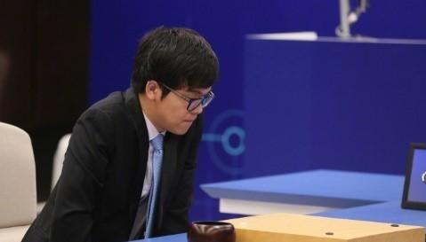 柯洁说,去年AlphaGo还比较接近于人,今年已经接近于神!