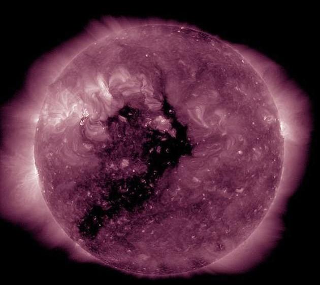 太阳表面产生巨大黑子,或引发地球无线电风暴
