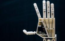 大学团队打造手语翻译机器人,完整安装下来需要149个小时
