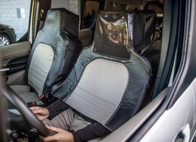 福特测试无人驾驶汽车,以灯光示意过往行人