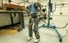 """瑞士研究团队开发行走算法,让人形机器人能自如""""优雅""""地走路"""