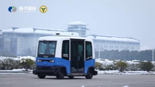 国内首款智能网联无人迷你巴士在东南大学首发试运行,车内没有配置方向盘