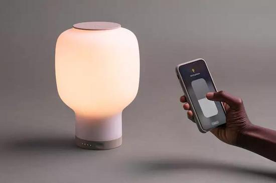 设计师研发智能台灯Rise,可实现远程控制和无线充电