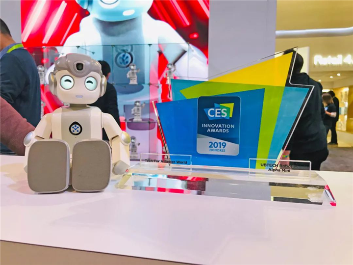 优必选大型仿人服务机器人Walker新一代亮相CES,展示机器人走进家庭服务